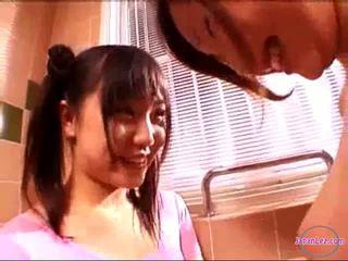 2 tytöt sisään aerobinen mekko suutelua rubbing tiainen sisään the kylpyhuone