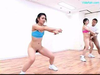 Guy stopping the kohë në the aerobi klasë stripping vajzat o