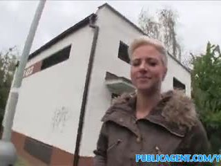 Publicagent lingua pierced bionda fucks in pubblico