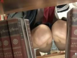 Pervert guy fucks roztomilý japonská školačka v the knihovna