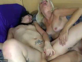 Oldnanny lesbica matura e lesbica giovanissima è masturbare con sextoy