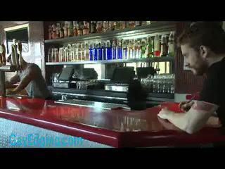 Cơ bắp bartender ràng buộc và edged