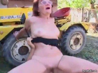 Червенокоси бабичка прецака в на обратно yard