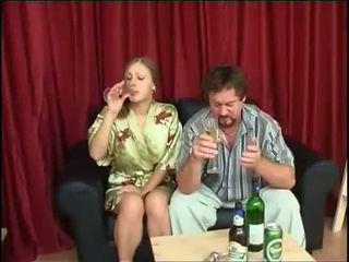 Padre fucks figlia dopo bere birra