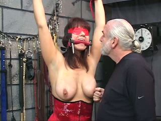 Brunet in a korset with blindfold gets her amjagaz tortured with clamps