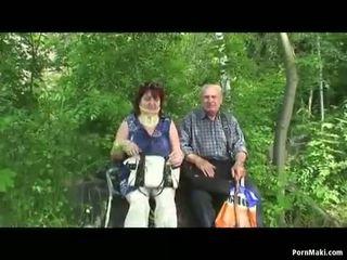 Gjysh dhe gjyshi qij përjashta