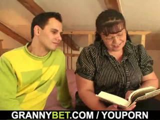 Tučné knihomoľ dáma je picked hore pre hrať
