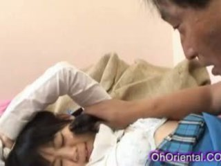 Стегнат млад азиатки ученичка