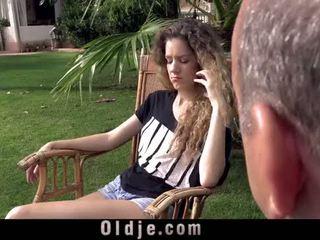 Comel curly remaja gets laid dengan gemuk datuk