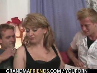 Al naibii vechi doamnă takes two mare cocks