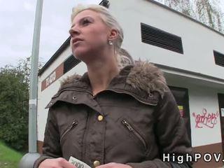 Blondīne amatieri minēts pov uz publisks