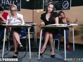 Nggumunke brunette murid wedok seduces her hot pirang classmate
