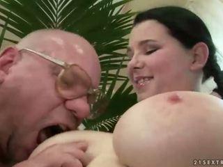 Afortunado abuelo follando con pechugona adolescente