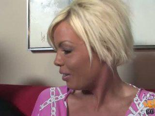 Голям бюст блондинки милф jordan blue goes черни