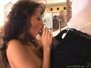 Curly brune olivia del rio eagerly takes një monstrous kokosh në të saj i ngushtë gojë
