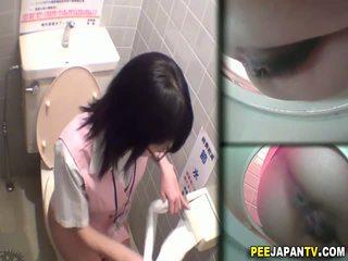 Asiatic vagaboanta pees în toaleta