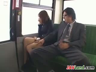 Nhật bản cô gái sự nịnh hót con gà trống trong các xe buýt