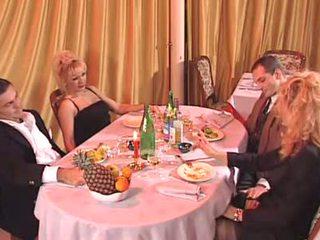 Two италиански милф прецака в на клуб