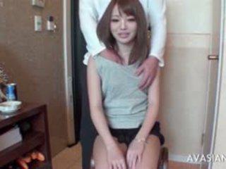 Mažai azijietiškas mokinukė learns kaip į naudojimas dildo