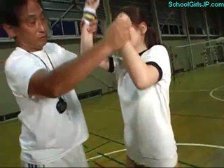 Školačka v výcvik šaty fingered podle the trenér na the košíková výcvik