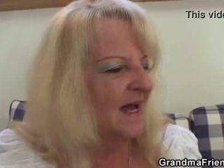 Si rambut perang nenek takes two besar cocks di sekali