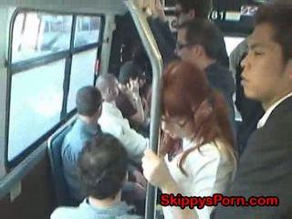 Japansk skolejente finger knullet på buss