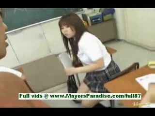 Jauns aziāti skolniece uz the klasesistaba gets a minēts a zīle