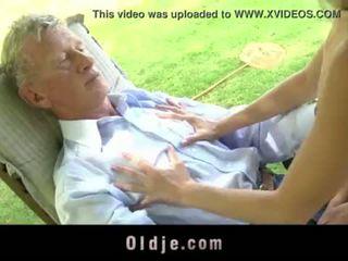 Teenie ученичка swallowing изпразване на открито doggy чукане стар хуй <span class=duration>- 6 min</span>