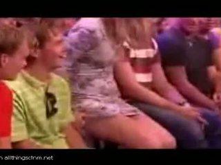 הולנדי טלוויזיה מארח gets guy ו - נערה ל רצועה עירום