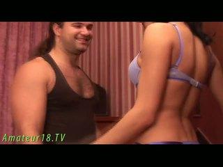 Brunett dame stripping