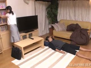 Hämmästyttävä aasialaiset siren chizuru gives häntä a suu naida sisään edetä