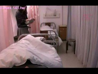Szexi japán bevállalós anyuka moans míg being porked kemény