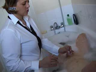 Guy i en bath getting en avrunkning från an kontors arbetare