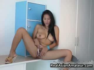 Duży boobed azjatyckie hottie stuffing jej