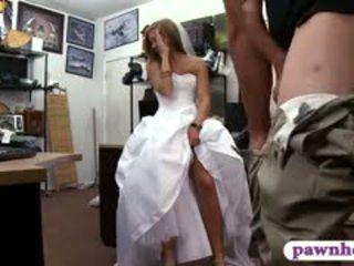 Babe pawns haar huwelijk jurk en railed door pawn bewaarder