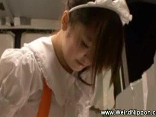 Asiatic chelnerita uses o jucărie în timp ce serving