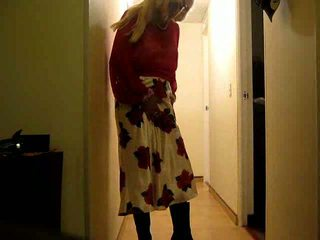 Prevert crossdresser shows hänen perse ja erect prick
