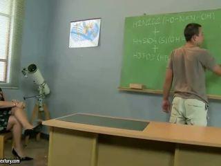 Vanha opettaja gets perseestä mukaan hänen opiskelija