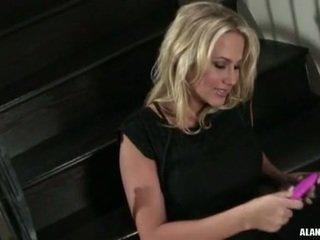 นมโต ร้อน สาวๆ alanah rae gets เกินไป เซ็กซี่ ไปยัง จัดการ บน the stairs สำหรับ an การกระทำ