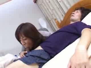 Japansk mamma sneaks til husbands kusine seng video