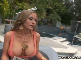 Abby rode baszás fel és getting rewarded mert szex