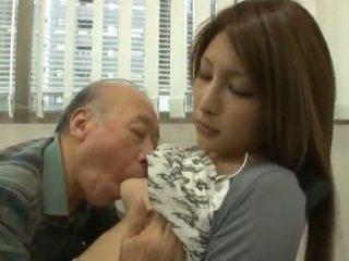 Kinietiškas youngster has jos diminutive labia got laid iki an suaugę berniukas