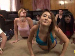 Yoga clasă este cancelled ca o daffy xxx petrecere este taking loc