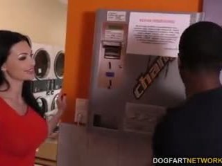 Aletta ocean does silit in the laundromat