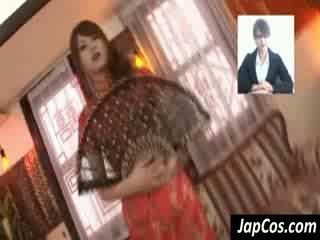 スキニー アジアの geisha gets teased