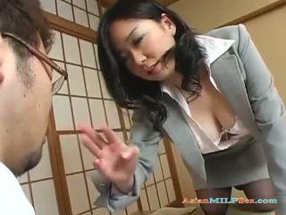 거유 아시아의 엄마는 내가 엿 싶습니다 gets 그녀의 큰 가슴 과 고양이 licked