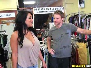 Seksuālā un krūtainas belle kiara jāšana a pecker