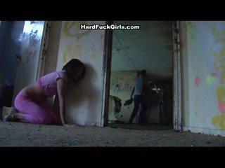 Žena chycený a fucked v an abandoned house