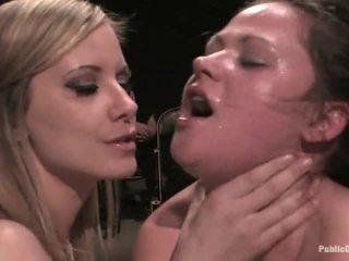Babe gets humiliated av elskerinne i strømper