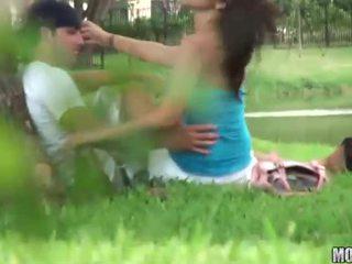 Shapely adoleshent rides një kar
